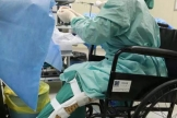 """""""坐着轮椅为病人做手术"""",这个春节被她暖到了"""