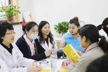 """我院与枫林街道共建""""月月学雷锋""""活动,让居民们在家门口就能享受到专业的医疗服务2020.12.5"""